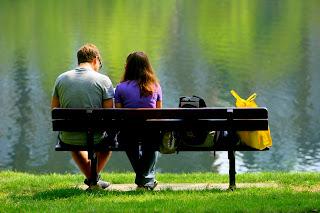 Νεαρό ζευγάρι σε παγκάκι