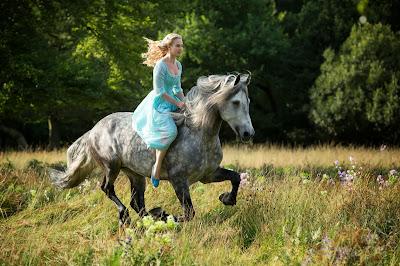 Comienza el rodaje de 'La Cenicienta' de carne y hueso. Lily James montando a caballo como Cenicienta. MÁS CINE. Making Of