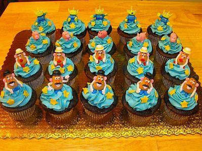 Estos cupcakes tienen un decorado celeste y sobre ellos, algunos de los personajes de Toy Story.