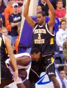 smešne slike: košarkaš grize protivnika
