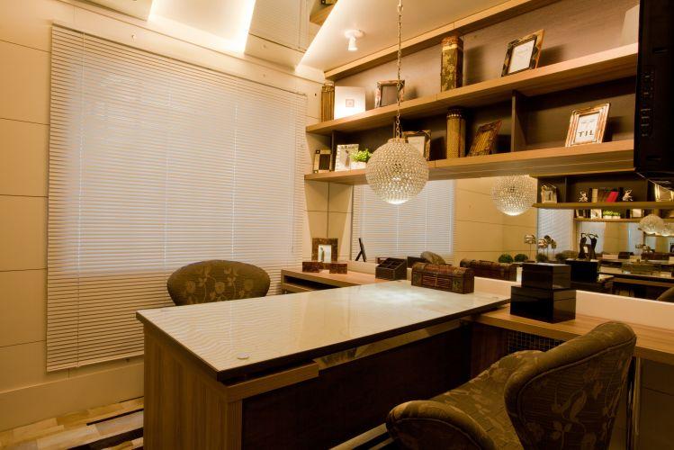 decoracao interiores curitiba:Escritório em casa criado pelos arquitetos Gustavo Pinto e Margareth
