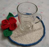 http://www.tejidocrochet.com/2013/10/28/posavasos-con-flor-y-hojas-en-tejido-crochet/