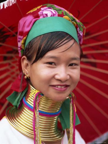 Bộ tộc phụ nữ đeo vòng làm cổ dài ở thái lan 2