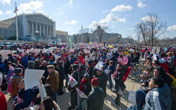 Uma multidão faz vigília em frente à Suprema Corte dos EUA (Foto: Karen Bleier/AFP)