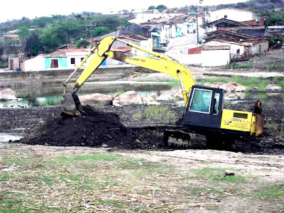 Secretaria de Infraestrutura de Panelas inicia limpeza do açude de Cruzes