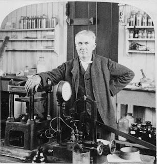 توماس إديسون ( مخترع المصباح الكهربي ) من فاشل إلي أشهر عالم edison-in-his-nj-lab