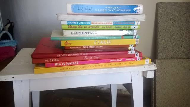 Taboret z książkami