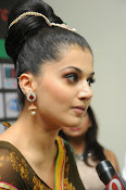 taapsee glam pics in saree-thumbnail-7