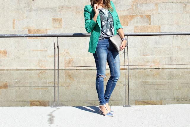 Blazer verde de Zara combinada con camiseta gris. Jeans rotos. Salones plateados.