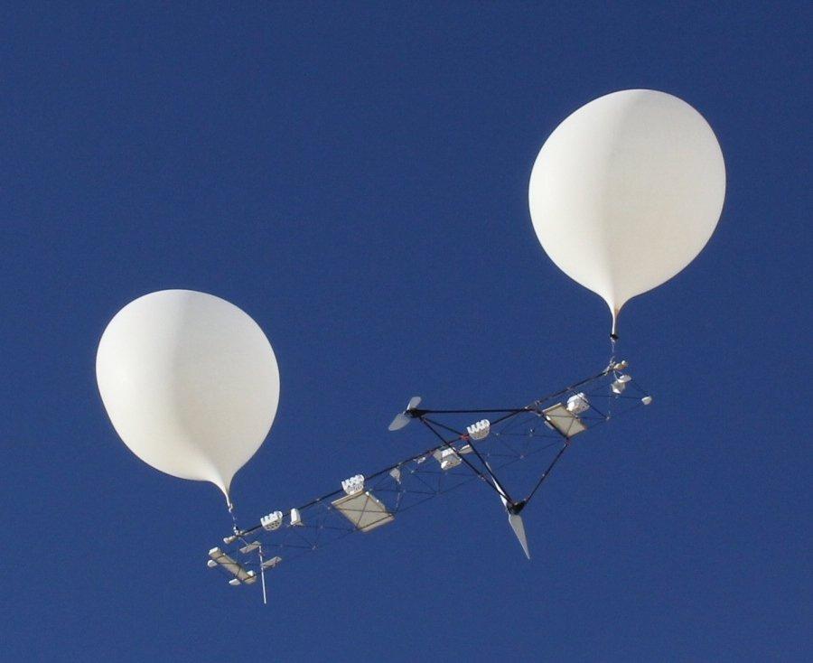 Belon udara berkembar terbang sampai ke angkasalepas