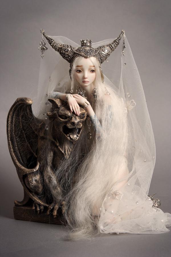 Bella muñeca de porcelana con gargola