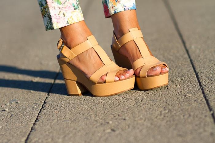Sandalias nude de cuña de Zara