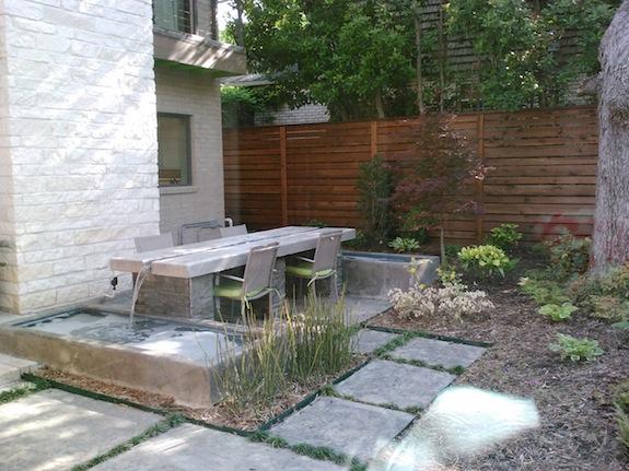 La maison boheme courtyard and table fountain for Decoration jardin boheme