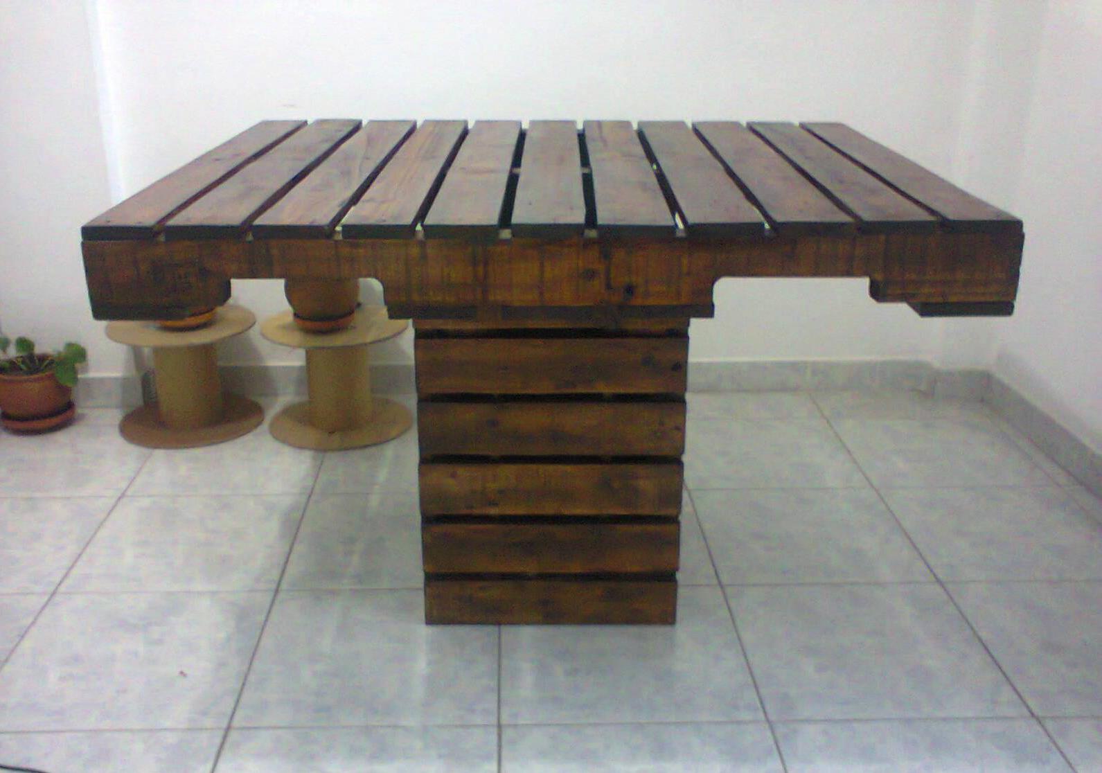 se disea una mesa de fcil construccin con un material accesible en todo sentido este mueble esta conformado por 3 palets uno entero y dos - Mesa De Palets