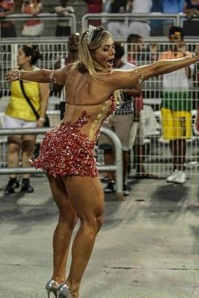 Fabiana Teixeira usou um vestido curtinho com transparências e exibiu as pernas torneadas no ensaio técnico da Tom Maior para o carnaval 2015