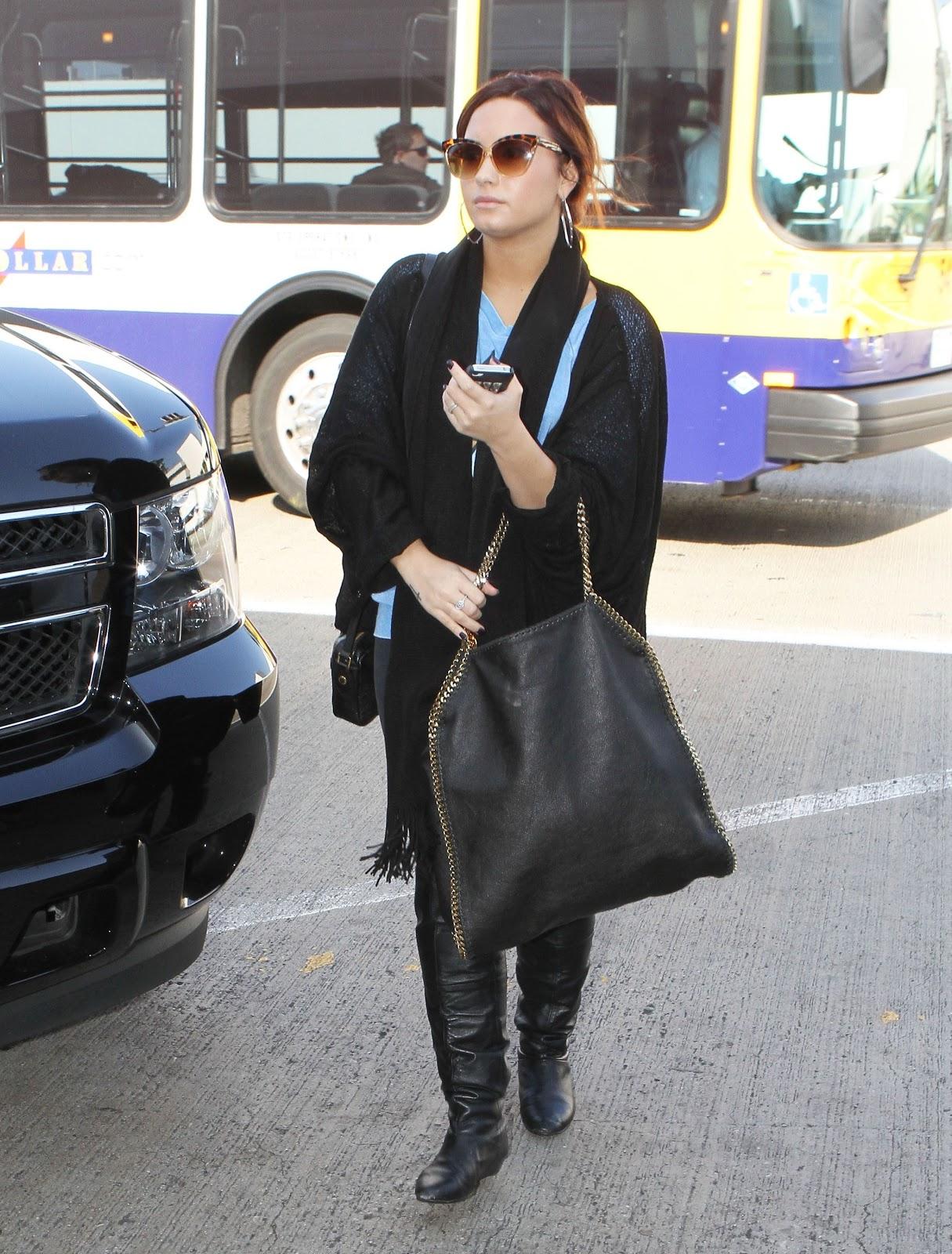 http://1.bp.blogspot.com/-3D9tIILEhIY/TvnN1VbuTAI/AAAAAAAAQSw/EDWXzADnwUw/s1600/CU-Demi+Lovato+arrives+at+LAX-02.JPG