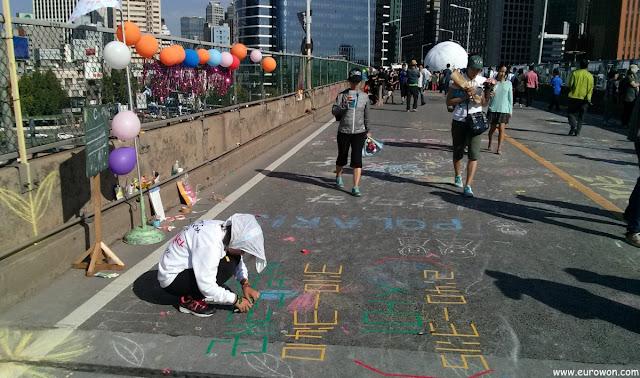 Coreana pintando carretera