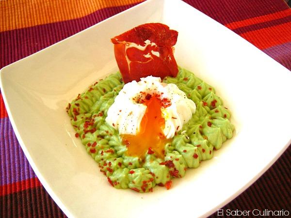 Mousse picantona de aguacate con huevo poché y crujiente de jamón