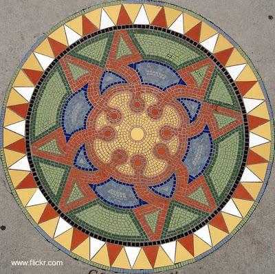 Mosaico de vereda de figura concéntrica