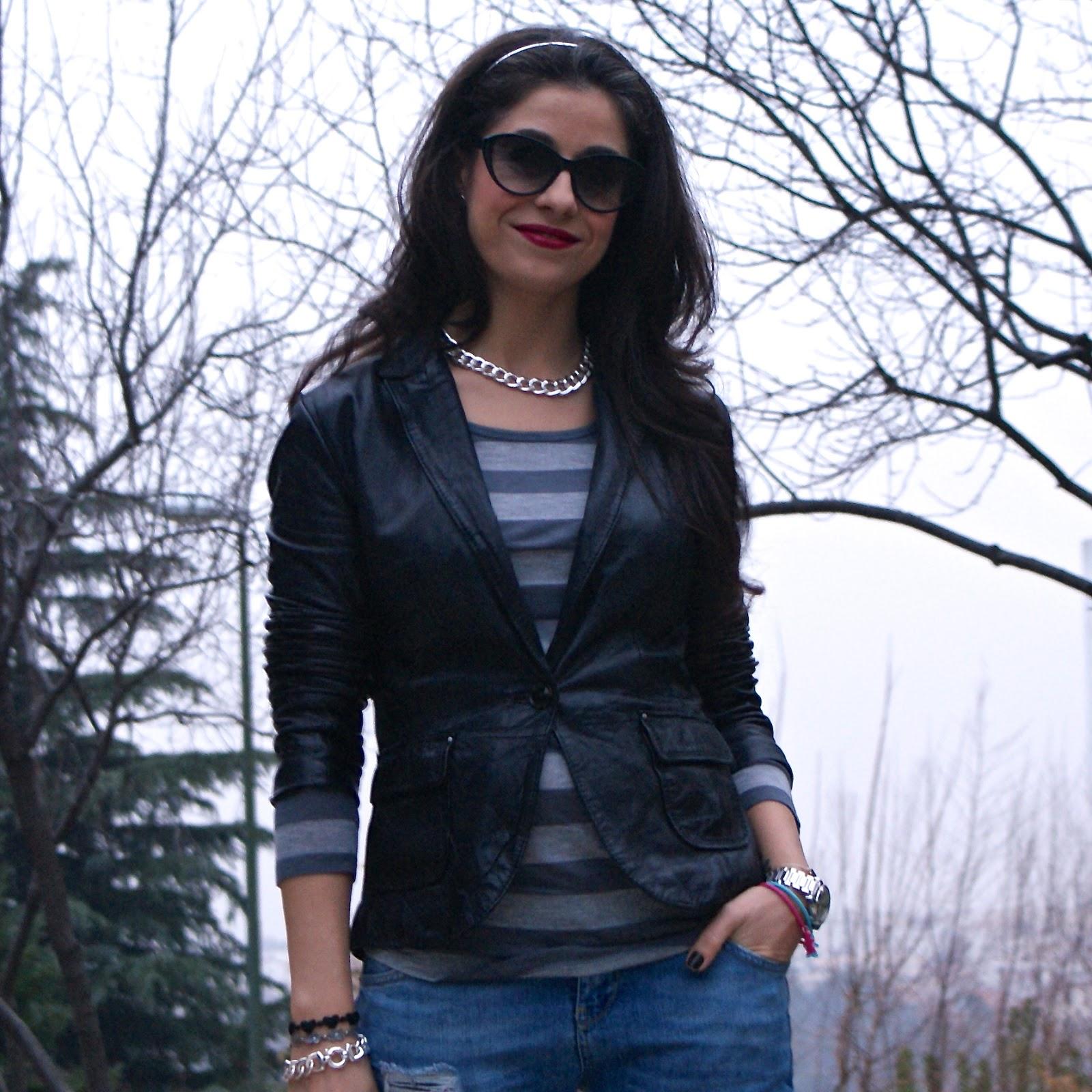 LaCaprichossa-StreetStyle-Fashion Blogger-Boyfriend jeans-leather blazer-look-bolso roberto verino-cadenas-pulsera yanes young