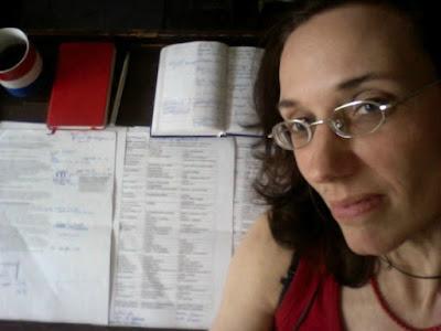 Portrait der Autorin mit Kalender, Wörterbuch, Rednertext mit Anmerkungen und dreisprachigen Lexiken