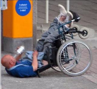 smiješne slike: pijani muškarac u invalidskim kolicima