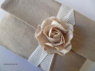 μπομπονιερα γαμου φακελος ρομαντικη vintage με λουλουδι λινατσα γαζα μπεζ
