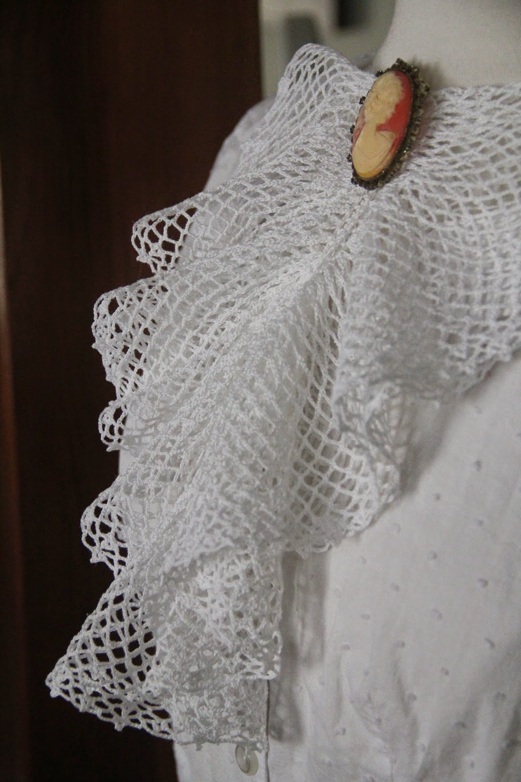 1940s crocheted irish lace jabot ruffle