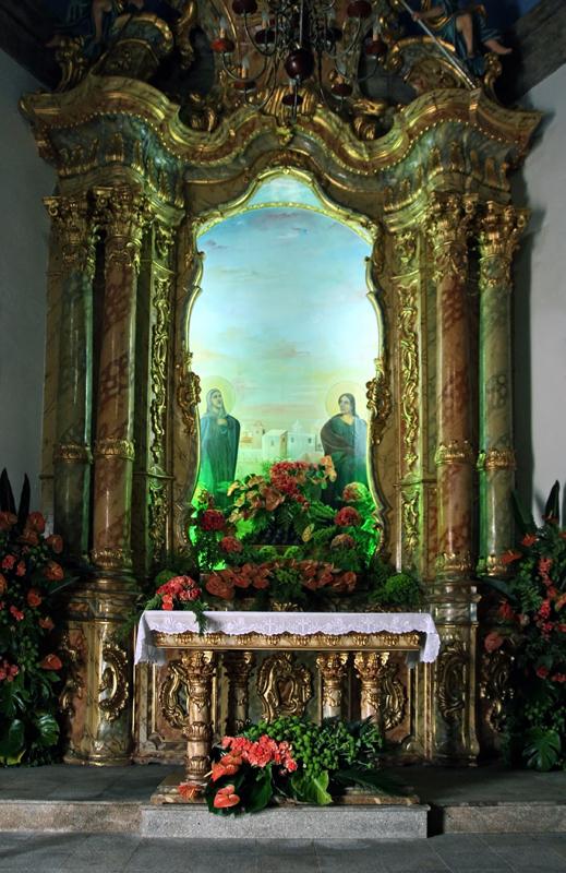 Pormenor do altar da capela em talha dourada, com colunas de mármore, ornamentado com flores naturais