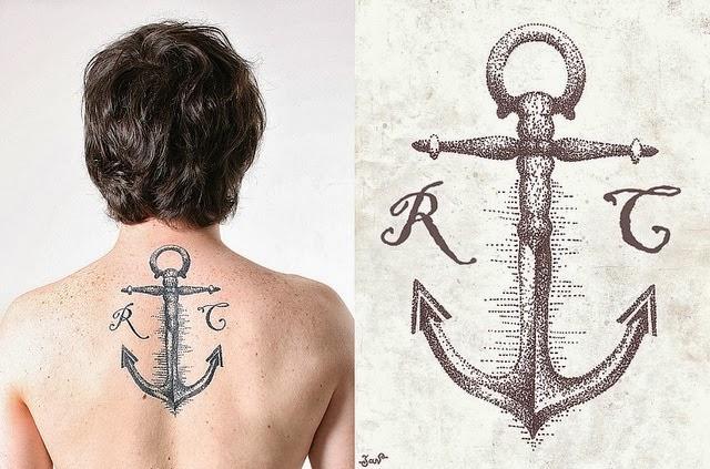 Tatuagem de Ancora e Iniciais de Nome