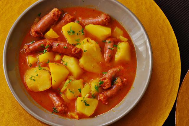 Patatas guisadas con salchichas frescas cuchillito y - Salchichas frescas en salsa ...