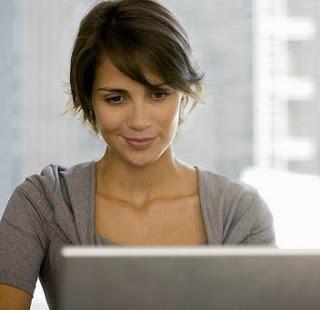 أخطاء تجنبيها في علاقتك على الإنترنت  - online dating woman