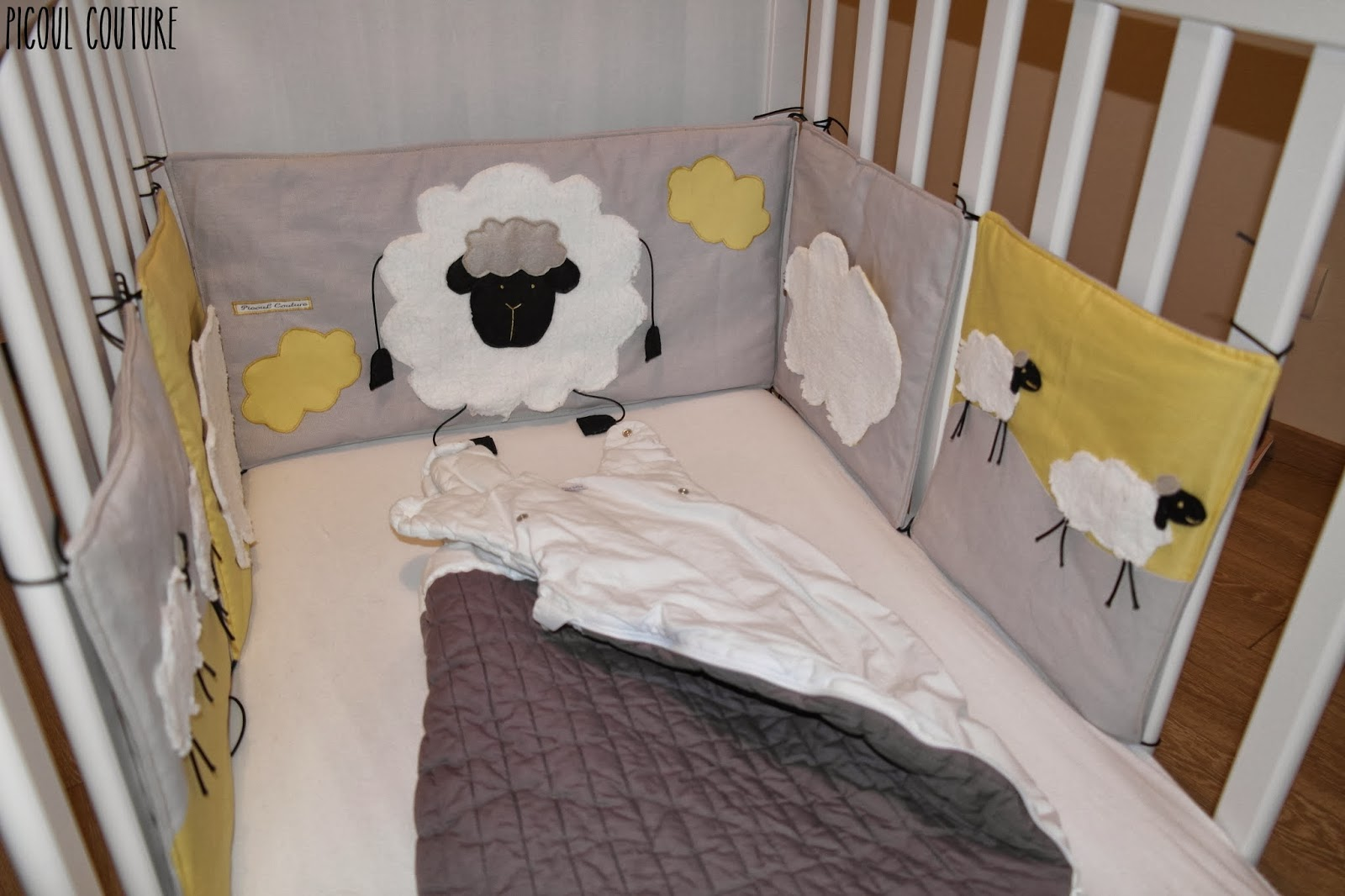 picoul couture le tour de lit sur le th me moutons et. Black Bedroom Furniture Sets. Home Design Ideas