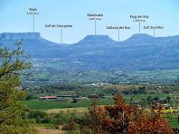 La Plana de Vic i la Serra de Cabrera al fons, des de la capella de Sant Roc