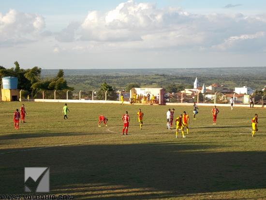 Na tarde desta quinta-feira, 02 de julho de 2015, a seleção de Várzea da Roça enfrentou a seleção de Mairi, em jogo valendo pela 4ª rodada do Grupo C da I Copa Jacuípe de Futebol e perdeu pelo placar de 2 a 1. Os gols da seleção de Mairi foram marcados no primeiro tempo, já o gol da seleção de Várzea da Roça foi marcado no segundo tempo.  O jogo começou com certa superioridade da equipe Mairiense, foi assim durante todo primeiro tempo, em desvantagem no placar a equipe Varzeana fez uma substituição que surtiu efeito, a seleção de Várzea da Roça fez o primeiro e único gol da partida e por pouco não empata o jogo. No próximo domingo, 5 de julho de 2015, a seleção Varzeana jogará dentro de casa enfrentando a equipe de Itatiaia, o jogo será realizado com portões fechados já que a equipe Varzeana foi punida. Da redação do WWW.VALBAHIA.COM