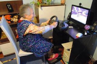 najsmešnije fotke: baka voli igrice