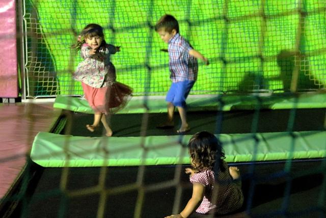 Nuestros niños pasándoselo genial dando saltos