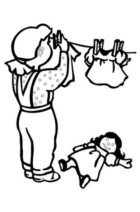 صورة طفل صغير يساعد أمه في تعليق الغسيل للتلوين