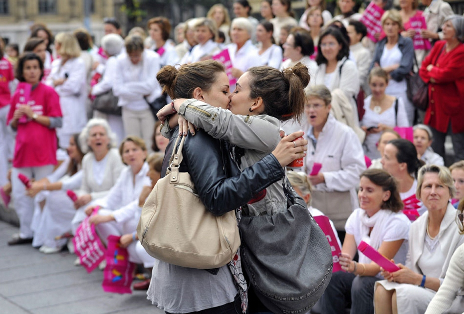 Beso lésbico durante la manifestación contra bodas gays. Marsella 2012. Foto: Gérard Julien (AFP)
