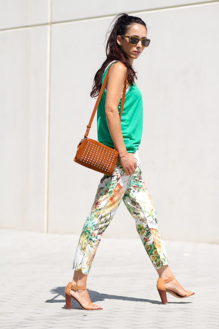 Outfit verde pantalones harem florales Withorwithoutshoes