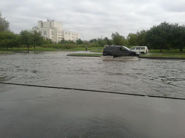 Вид с затопленной улицы на Драматический театр города Юности