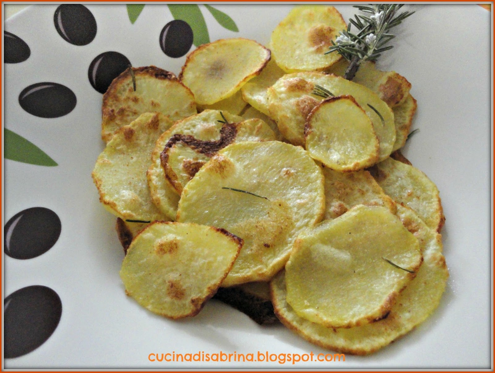 le patate al forno sono buonissime ma spesso per farle saporite oltre agli aromi dobbiamo mettere nella teglia parecchio olio che le appesantisce e cosa