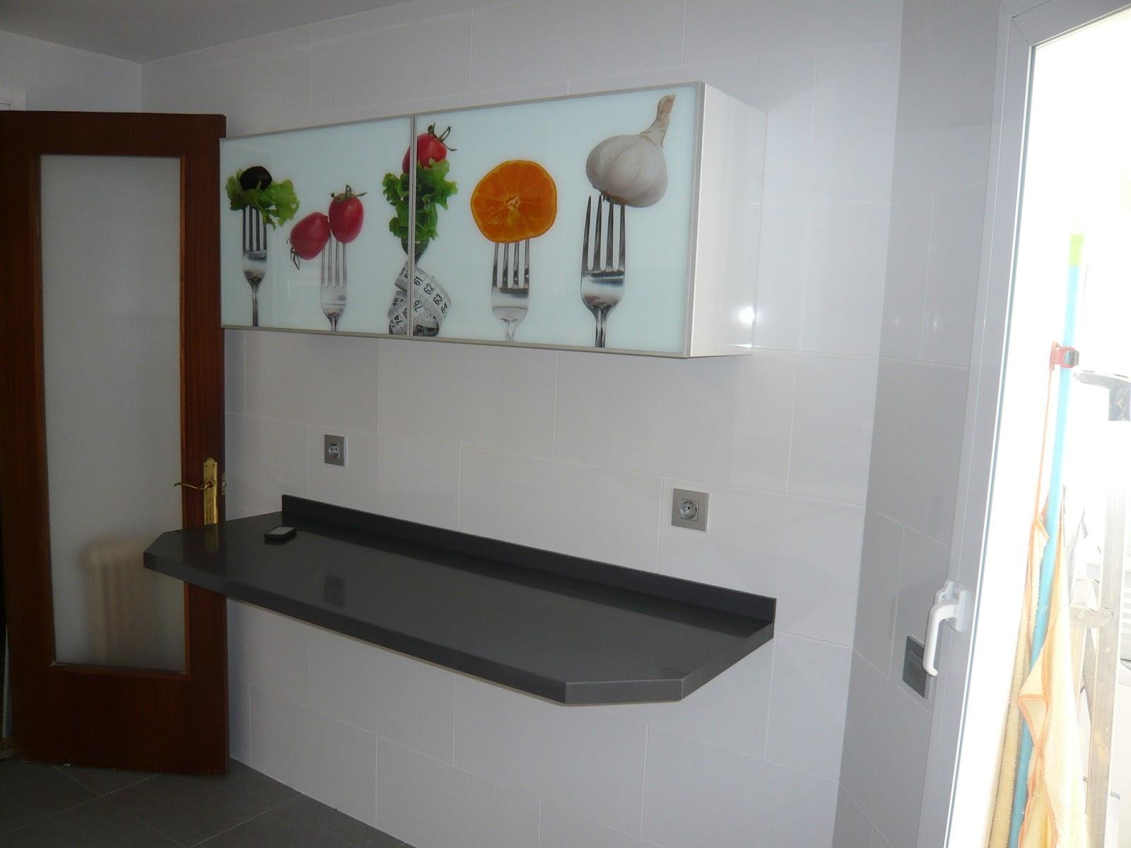 Reuscuina muebles de cocina sin tiradores con vidriera for Mesa auxiliar para cocina