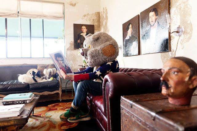 sentado con cabeza de cerdo en el sofa del salon