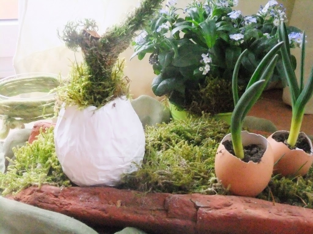 Osterdeko mit Moos und Eiern