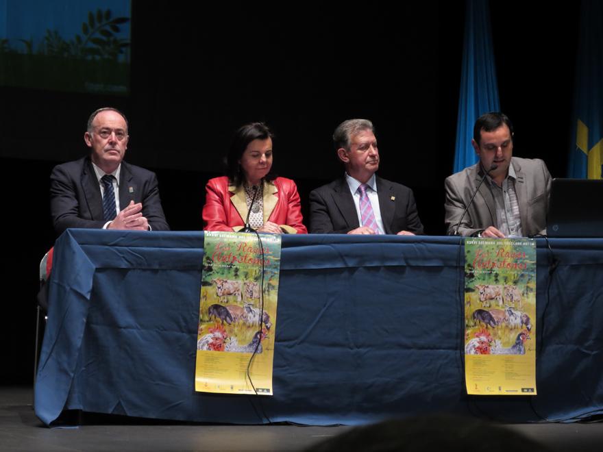 Autoridades en la inauguración de la Semana del Folclore astur de Pola de Siero