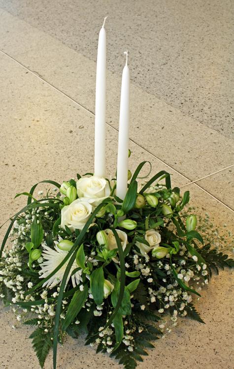 vita blommor begravning
