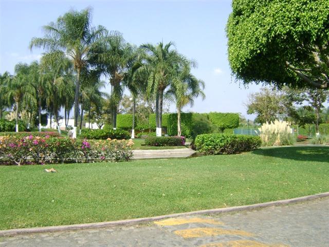 Casas y condominios en venta en cuernavaca morelos for Jardines con lagos artificiales