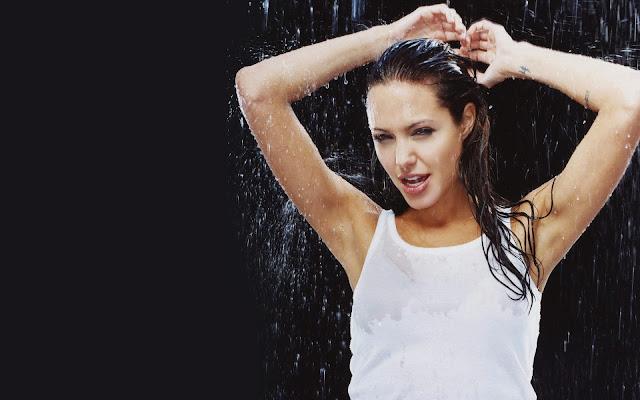 На Анджелина Джоли льётся вода
