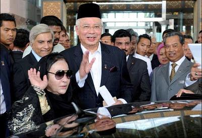 http://1.bp.blogspot.com/-3IlItX0PaLw/TrpnaT47HII/AAAAAAAABQA/QcdJGpYQw9E/s400/Rosmah.JPG